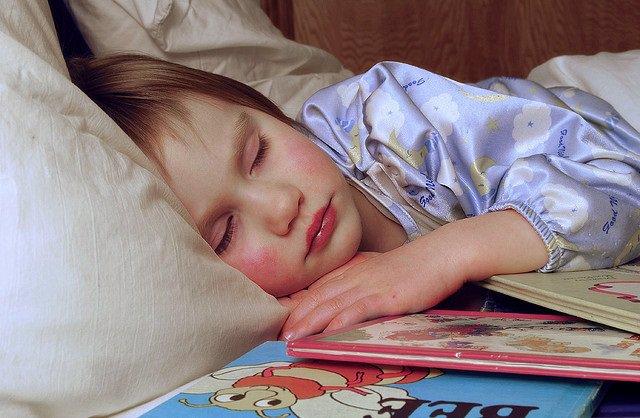 Archivo - Niña durmiendo, dormida, cama