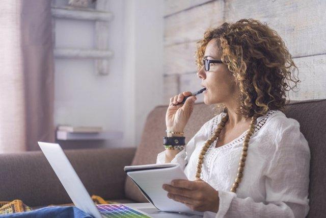 Archivo - Mujer pensando, trabajando