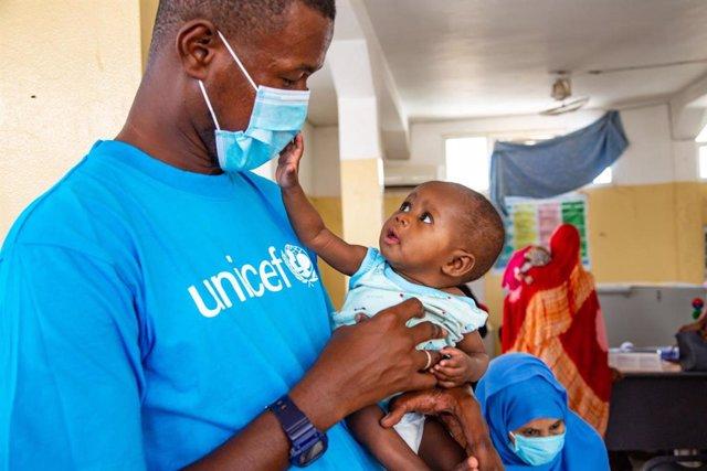 Archivo - Un especialista de UNICEF atiende a un bebé desnutrido en Nuakchot