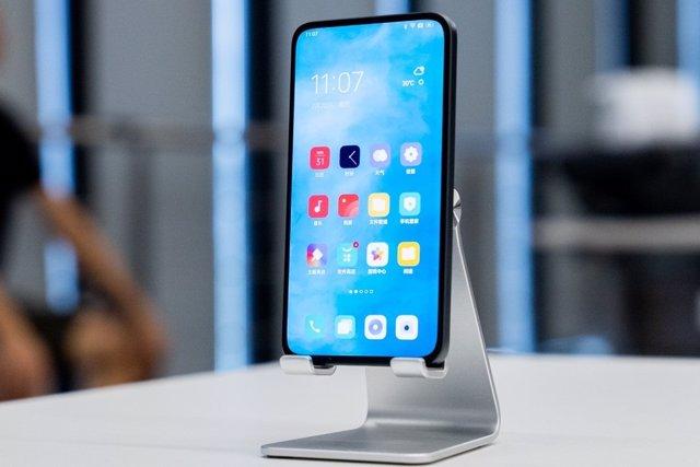 Prototipo de móvil de Oppo con cámara delantera por debajo de la pantalla.