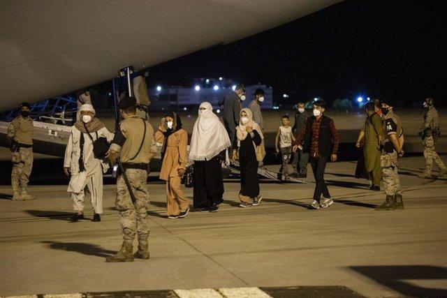 Diverses persones repatriades arriben a la pista després de baixar-se de l'avió A400M en el qual ha estat evacuats de Kabul, a 19 d'agost de 2021, a Torrejón d'Ardoz, Madrid, (Espanya). L'avió, enviat pel Govern d'Espanya, ha repatriat a un primer grup d