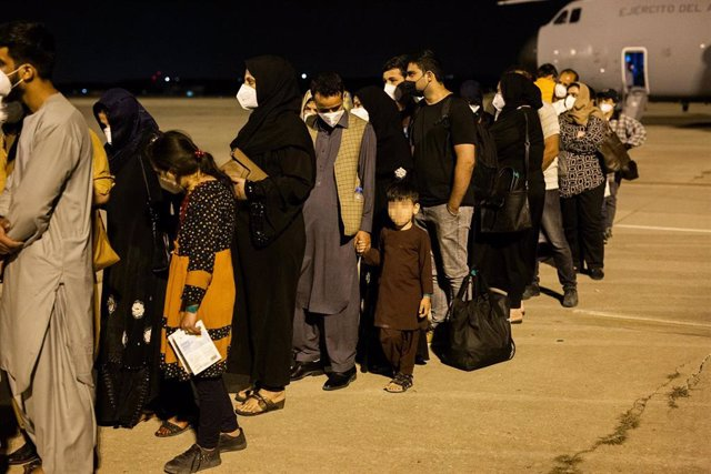 Varias personas repatriadas llegan a la pista tras bajarse del avión A400M en el que ha sido evacuados de Kabul, a 19 de agosto de 2021, en Torrejón de Ardoz, Madrid, (España).