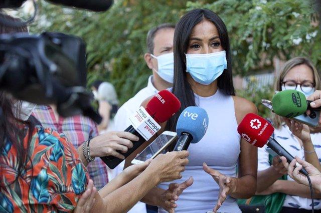 La vicealcaldesa de Madrid, Begoña Villacís, responde a los medios durante su visita a los trabajos finalizados de renaturalización de una parcela en el lateral de la M-30, junto a la calle Ricardo Ortiz, en el distrito de Ciudad Lineal, a 19 de agosto de