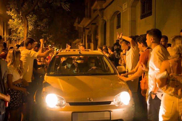 Desenes de persones entorn d'un vehicle aquesta matinada a Gràcia