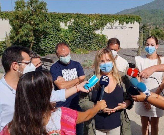 Directora insular de la Administración General del Estado en La Palma, Ana de León, atiende a los periodistas