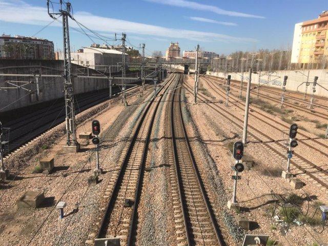 Archivo - Vías del tren junto a la estación de Córdoba.