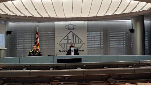 L'intendent major de la Guàrdia Urbana de Barcelona, Pedro Velázquez, i el tinent d'alcalde de Seguretat de Barcelona, Albert Batlle, en roda de premsa.