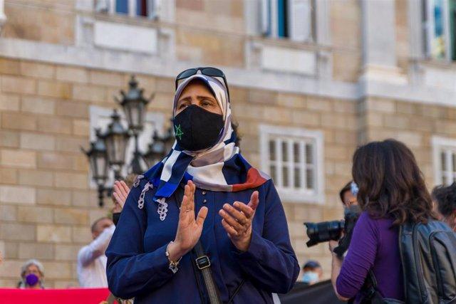 Una mujer en una concentración en solidaridad con las mujeres y niñas afganas en la plaza de Sant Jaume de Barcelona, a 18 de agosto de 2021, en Barcelona, Cataluña (España).