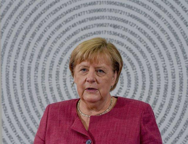 19 August 2021, Giessen: German Chancellor Angela Merkel visits the Mathematikum science museum. The Mathematikum describes itself as the first mathematical hands-on museum in the world. Photo: Michael Probst/AP Pool/dpa
