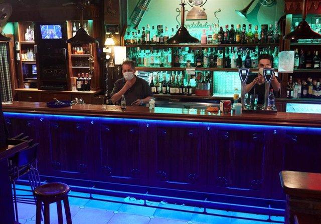 Archivo - Dos camareros en un local de ocio nocturno