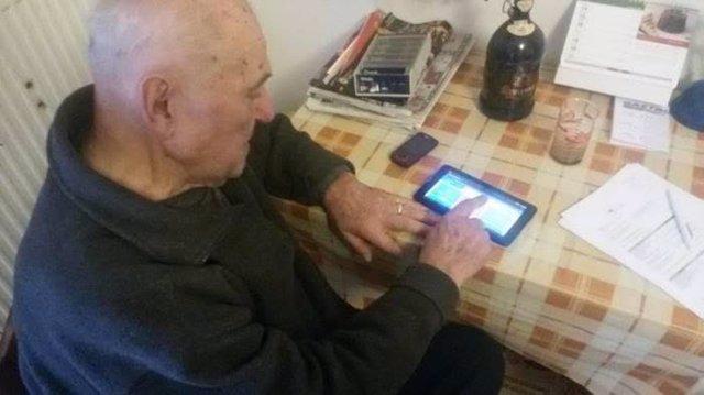 Archivo - Los factores asociados con una mayor o menor tecnofilia en personas con demencia son la edad y el nivel educativo