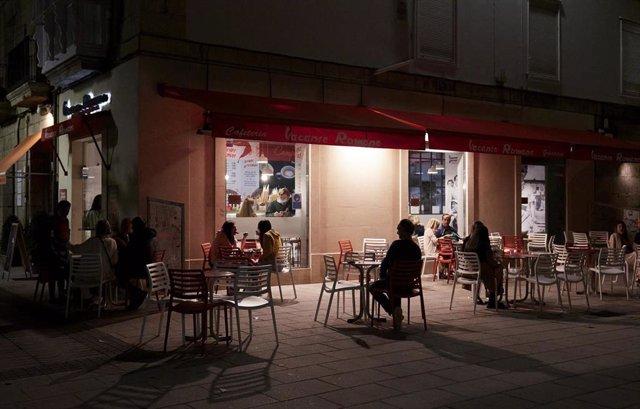Archivo - Varias personas en una terraza de Santander, antes de su cierre a medianoche, a 3 de julio de 2021, en Santander, Cantabria (España).