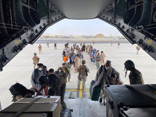 Españoles y afganos suben al A400M para su evacuación desde Kabul
