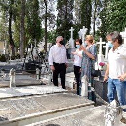 El alcalde de Écija en el cementerio municipal