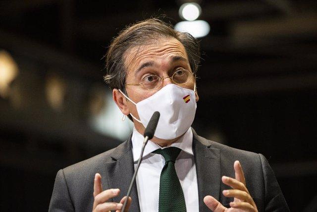 El ministro de Asuntos Exteriores, Unión Europea y Cooperación, José Manuel Albares, responde a los medios en el dispositivo puesto en marcha para recibir a los pasajeros del avión A400M tras su evacuación de Kabul, a 19 de agosto de 2021, en Torrejón de