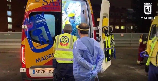 Archivo - Ambulancia del Samur Protección-Civil llega al Hospital Clínico San Carlos con la víctima de un tiroteo