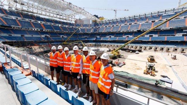 Ancelotti, Pintus y varios jugadores del Real Madrid visitan las obras del Santiago Bernabéu