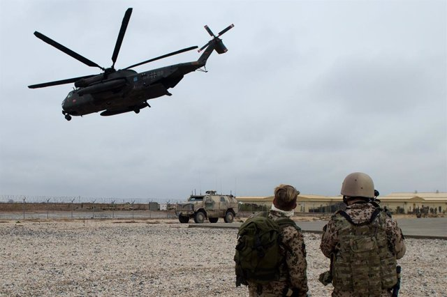 Archivo - FILED - 11 December 2013, Afghanistan, Mazar-i-Sharif: Bundeswehr soldiers secure the take-off of a CH53 transport helicopter. The Bundeswehr is preparing for a much faster withdrawal from Afghanistan in consultation with its NATO allies. Photo: