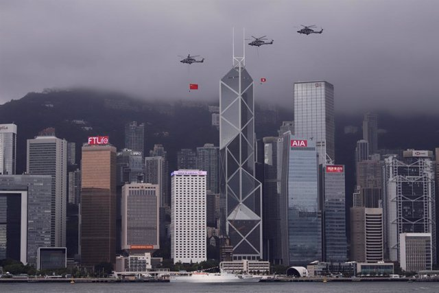 Archivo - 01 July 2021, China, Hong Kong: Helicopters fly past Central, displaying PRC national flag and Hong Kong official flag over the sky of Victoria Harbour in the morning of the 24th anniversary of Hong Kong's Handover and 100th anniversary of the C