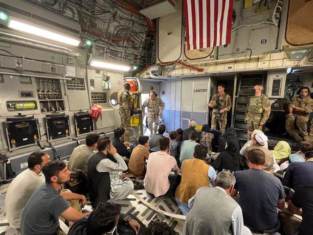 Evacuación desde Kabul en un avión de Estados Unidos