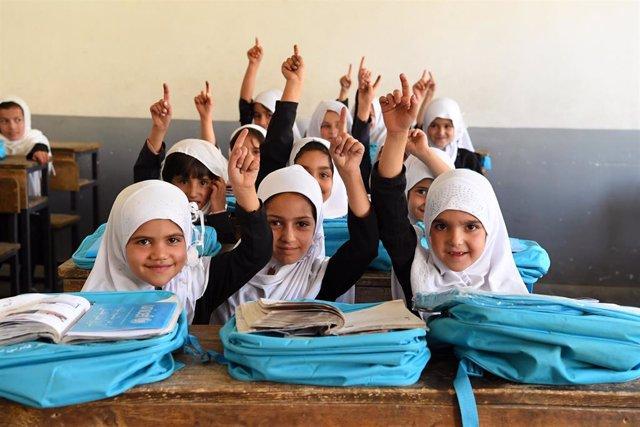 Archivo - Niñas en una escuela de Afganistán apoyada por UNICEF