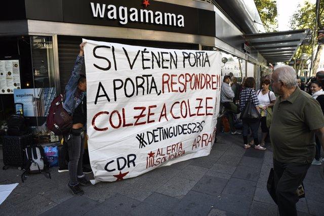 Manifestantes independentistas se concentran en la entrada de la Audiencia Nacional para dar apoyo a los siete miembros de los  CDR. En la imagen, una mujer sujete una pancarta en Madrid (España), a 26 de septiembre de 2019.