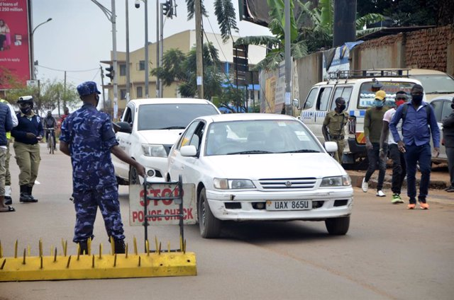 Archivo - Control policial en Kampala, Uganda