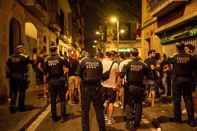 Aglomeracions als carrers de Gràcia després de la fi del toc de queda a la ciutat de Barcelona.