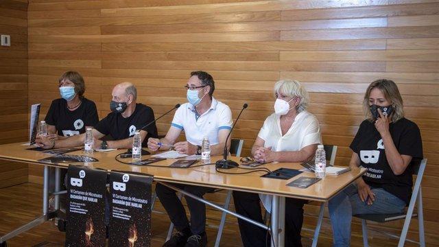 El alcalde de Badarán, Francisco Javier Ibáñez, y miembros de la Asociación Badarán que Hablar, Sara Arrambarri, Pedro Marzo y Chus Olarte, y la directora general de Cultura del Gobierno de La Rioja, Ana Zabalegui