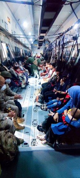 Repatriados de Kabul en el interior del avión con destino a España, a 20 de agosto de 2021, en Kabul, (Afganistán). Sobre las 06:30 horas ha despegado desde el aeropuerto afgano este segundo avión A400M de las Fuerzas Armadas con el que el Gobierno de Esp