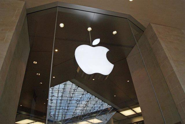 Archivo - Logo de Apple en su tienda en París.