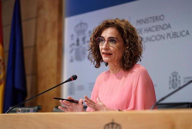 La ministra de Hacienda y Función Pública, María Jesús Montero, ofrece una rueda de prensa tras presidir la Conferencia Sectorial del Plan de Recuperación, Transformación y Resiliencia en la sede ministerial, a 2 de agosto de 2021, en Madrid (España).
