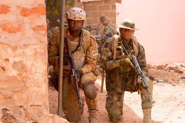 Archivo - Imagen de archivo de soldado del Ejército de Burkina Faso.