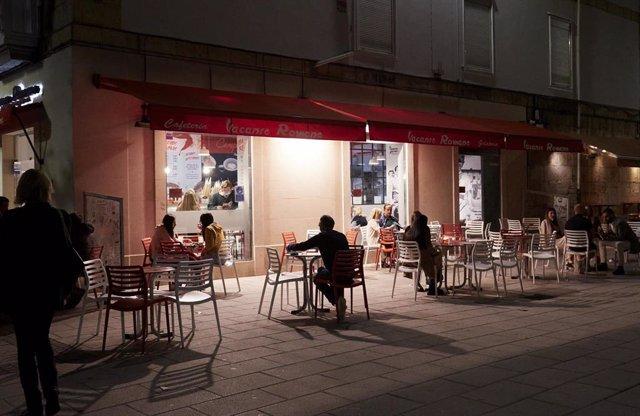 Archivo - Varias personas en una terraza de un bar.
