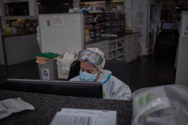 Archivo - Arxivo - Un treballador sanitari en una UCI (Arxiu)