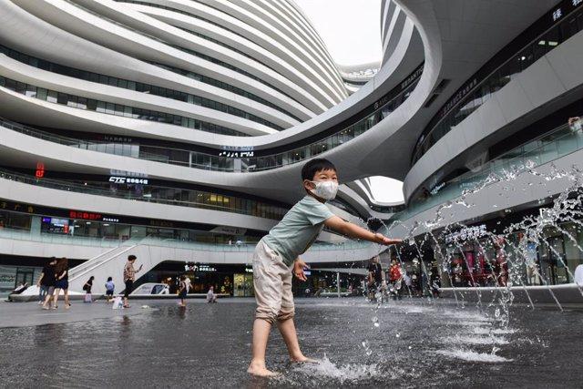 Un niño juega en un centro comercial de Pekín
