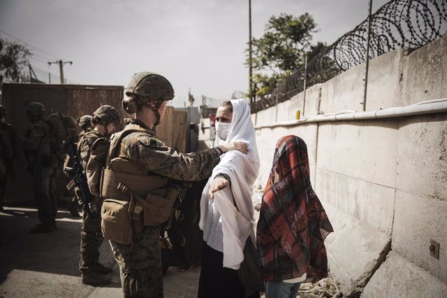 18 August 2021, Afghanistan, Kabul: US Marines check civilians at an Evacuee Control Checkpoint during the evacuation process at Hamid Karzai International Airport. Photo: Ssgt. Victor Mancilla/U.S. Marin/Planet Pix via ZUMA Press Wire/dpa