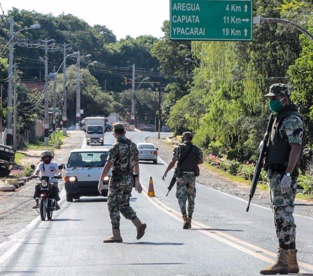 Archivo - Militares en Paraguay colaboran para extinguir los incendios.