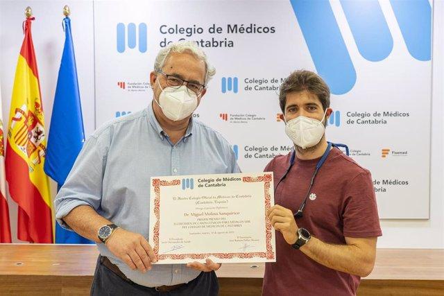 El presidente del Colegio de Médicos de Cantabria, Javier Hernández deSande, entrega el pirmer premio de Casos Clínicos a Miguel Molina
