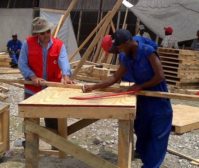El exbombero y voluntario de Cruz Roja Huelva Manuel Canelo en una de sus labores humanitarias.