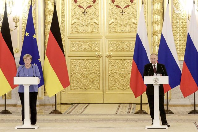 HANDOUT - 20 August 2021, Russia, Moscow: German Chancellor Angela Merkel (L)and Russian President Vladimir Putin speak during a press conference after their meeting at the Kremlin. Photo: -/Kremlin/dpa - ATTENTION: editorial use only and only if the cre