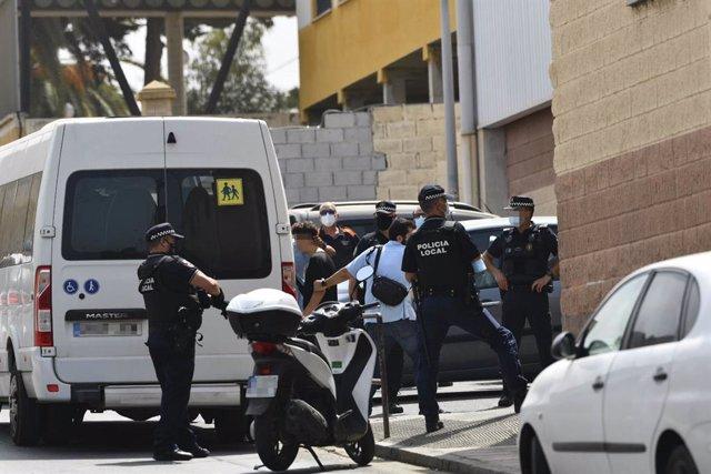 Diversos agents i vehicles de la Policia Local de Ceuta acompanyen a menors no acompanyats cap a una furgoneta