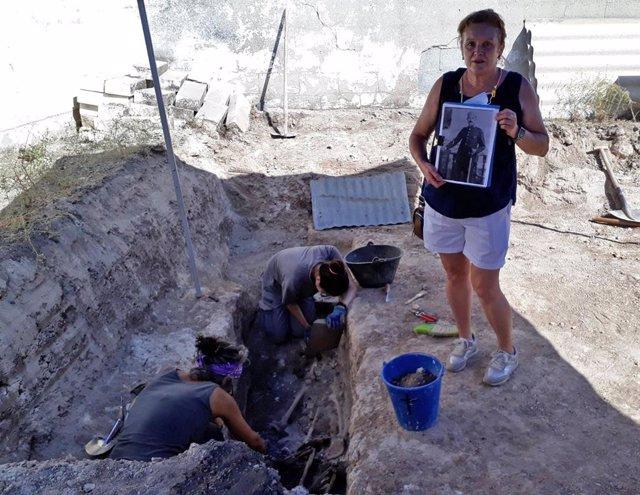 Ascensión González Navas, familiar de represaliado en Cabra, con los restos en la fosa.