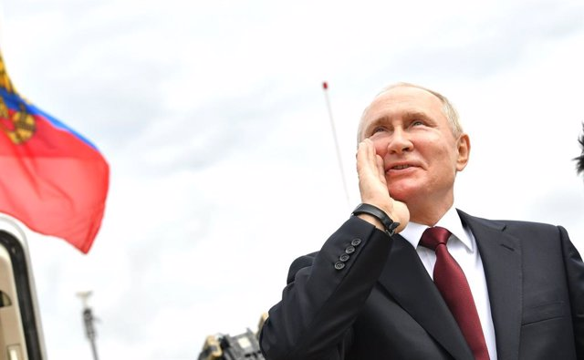 HANDOUT - 25 July 2021, Russia, St. Petersburg: Russian President Vladimir Putin speaks to well-wishers during a naval parade at the Neva River to mark the Russian Navy Day. Photo: -/Kremlin/dpa - ATTENTION: editorial use only and only if the credit menti