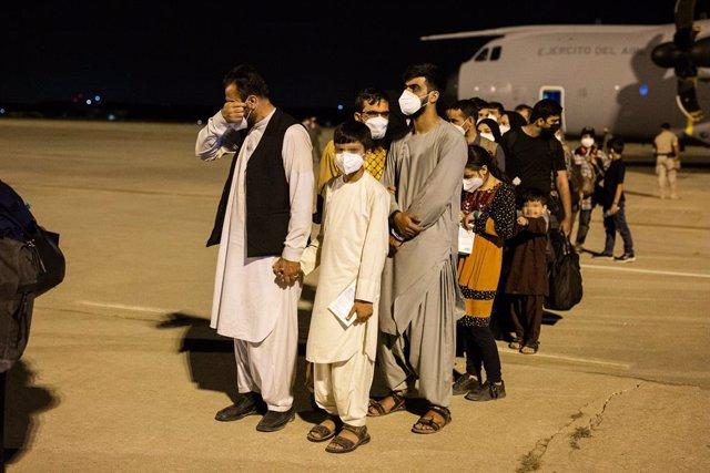 Un hombre emocionado acompañado de varias personas a su llegada a la pista tras bajarse del avión A400M en el que ha sido evacuados de Kabul, a 19 de agosto de 2021, en Torrejón de Ardoz, Madrid, (España).