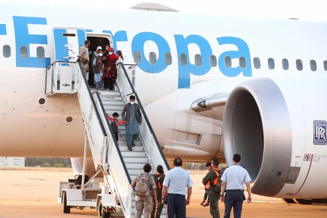 Refugiados afganos bajan del segundo avión español que llega a la base de Torrejón