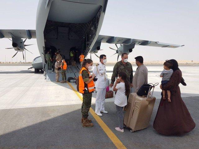 Un grup de persones a la seva arribada a Dubai després d'haver estat repatriats de l'Afganistan pel Govern espanyol, a 20 d'agost de 2021, a Dubai, (els Unió dels Emirats Àrabs).