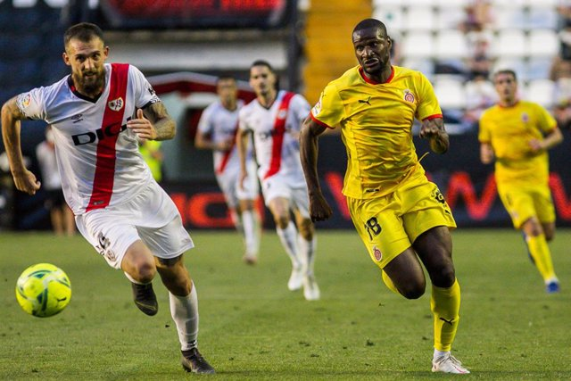 Archivo - Esteban Saveljich of Rayo Vallecano and Mamadou Sylla of Girona FC in action during the Liga SmartBank playoff football match played between Rayo Vallecano and Girona FC at Estadio de Vallecas on Jun 13, 2021 in Madrid, Spain.