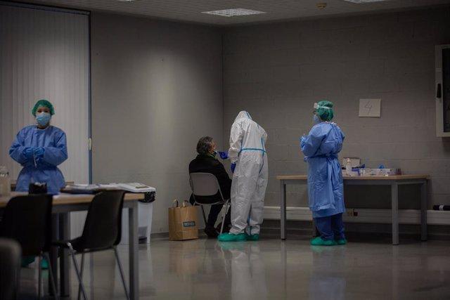 Archivo - Un hombre recibe una prueba PCR.