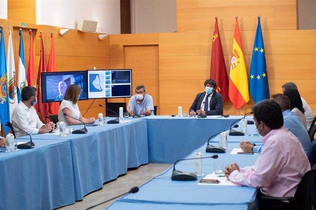 El presidente autonómico, Fernando López Miras, en el centro, durante la reunión del Consejo de Gobierno convocada con carácter extraordinario para abordar la situación del Mar Menor